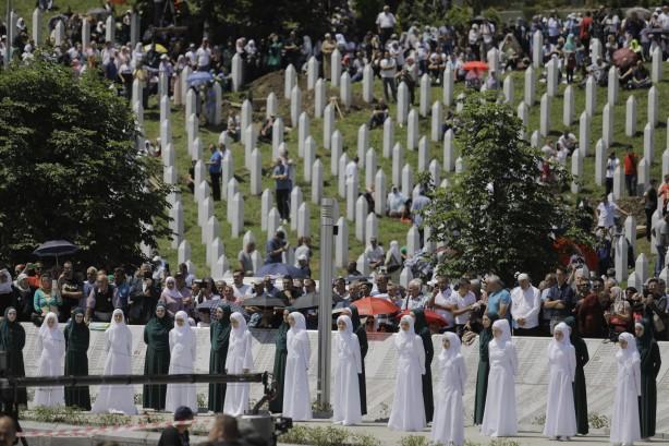 Srebrenitsa katliamında şehit olan 33 kişi daha toprağa verildi