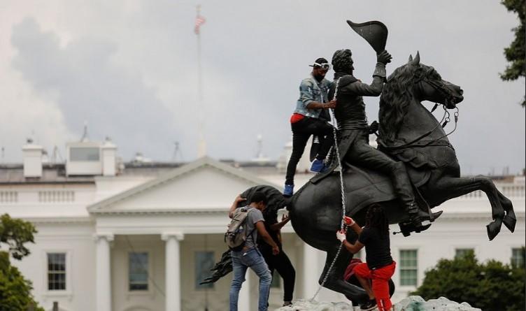 Beyaz Saray'ın önünde inanılmaz anlar! Heykeli zincire vurdular