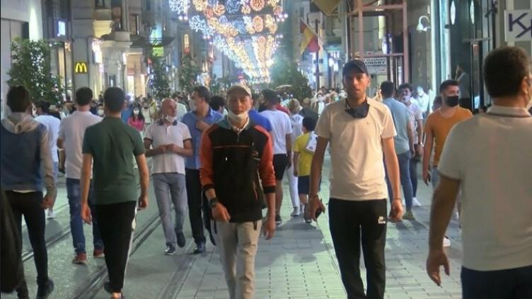 Artan vaka yoğunluğuna rağmen İstiklal Caddesi doldu taştı
