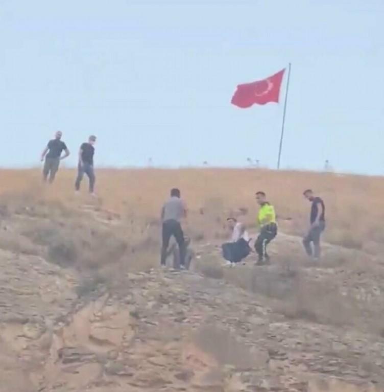 Türk bayrağını indirmeye kalkışan kişiyi linçten polis kurtardı