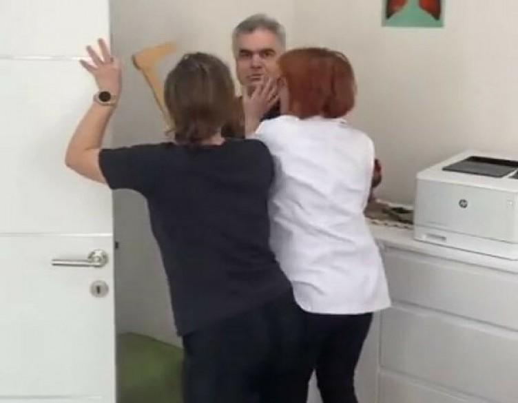 Doktor hasta yakınına saldırdı! Skandal görüntüler! İşte o anlar