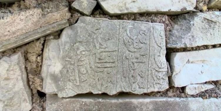 Ecdada saygısızlık! Tarihi mezar taşlarını duvar yapımında kullandılar
