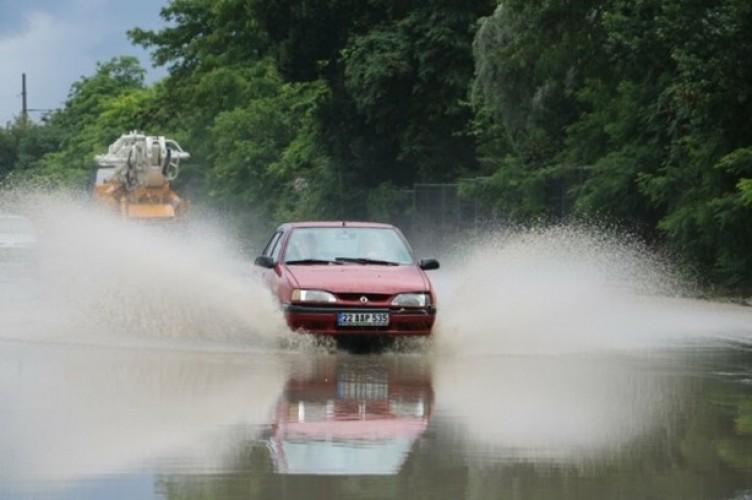 """Edirne'de yağmur sonrası yollar göle dönünce vatandaş böyle isyan etti: """"Rezaleti çekin herkes görsün"""""""