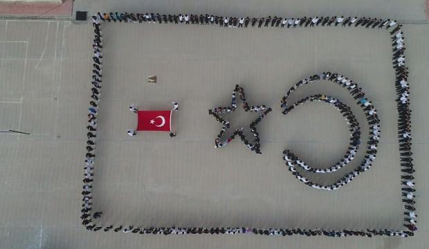 700 öğrenci Mehmetçiğe selam verdi