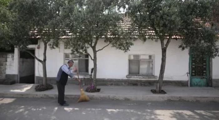 86 yaşında: Her gün mahallesini süpürüyor