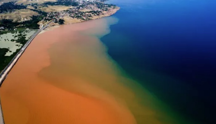 Neler oluyor: Van Gölü kızıla boyandı