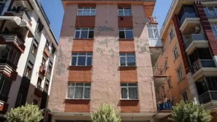 İstanbul'un göbeğinde korku apartmanı: 'Evimize korkarak giriyoruz'