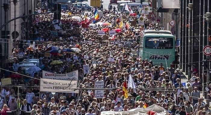 Almanya'da binlerce kişi korona tedbirlerini protesto etti