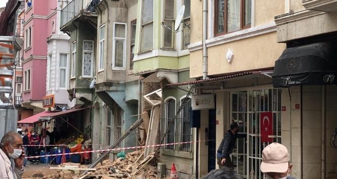 Beyoğlu'nda yağmura dayanamayan metruk bina çöktü!