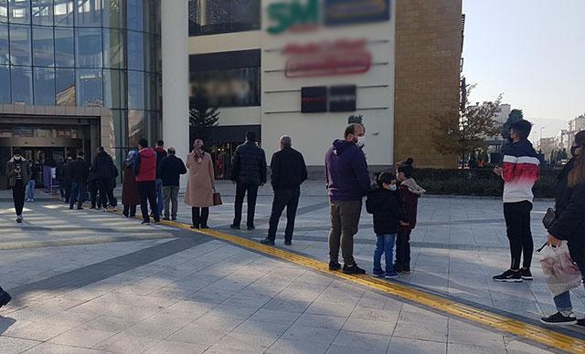 Kayseri'de, kısıtlama sonrası AVM önünde kuyruk