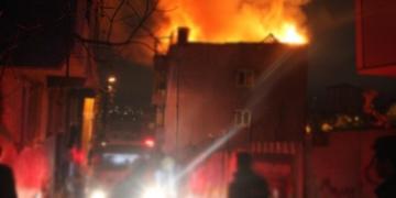 Masaj salonunu bastılar! Kadınların saçlarını kesip, binayı ateşe verdiler