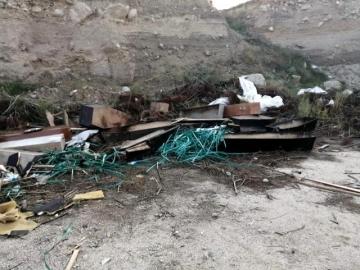 Denizli'de korkutan koronavirüs iddiası! Tabutları ve koruyucu kıyafetleri sokağın ortasına bırakıp gittiler