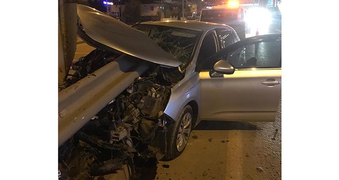 Kocaeli'de korkunç kaza! Otomobil bariyere ok gibi saplandı