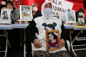 Kızının tişörtünü alıp HDP binasının önüne geldi