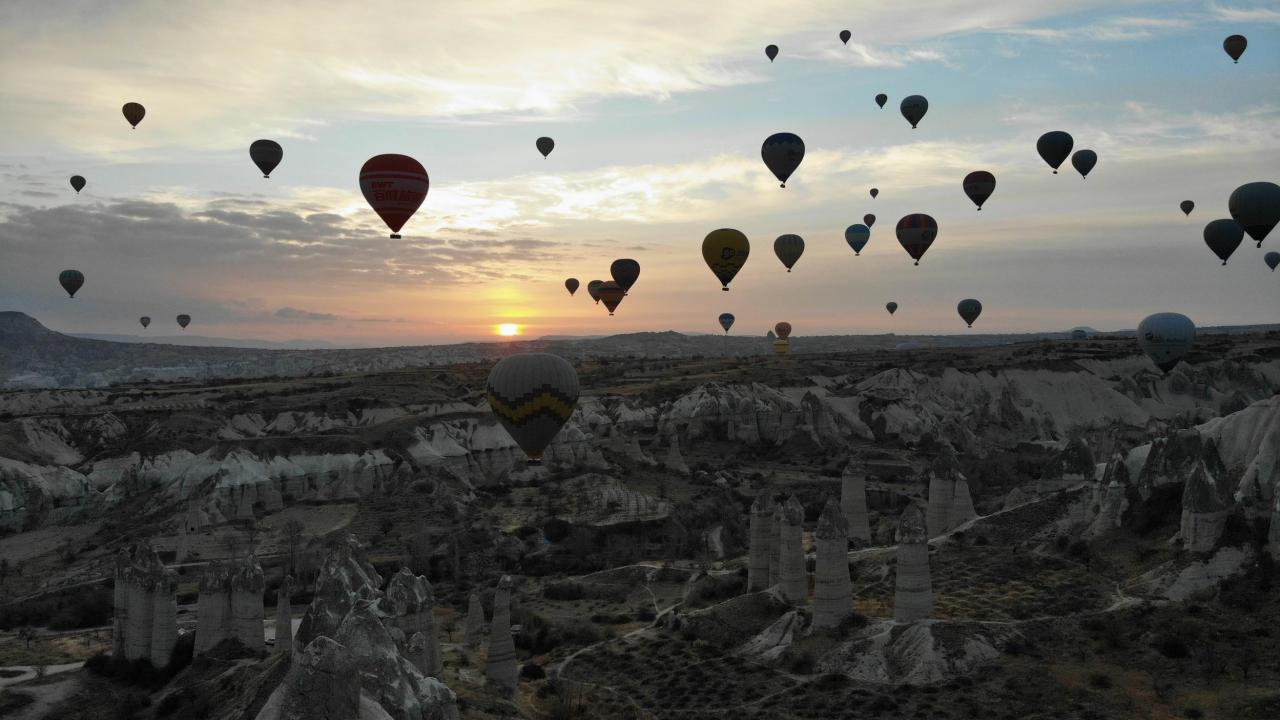 Kapadokya'da sıcak hava balonları yeni yılın ilk uçuşunu gerçekleştirdi
