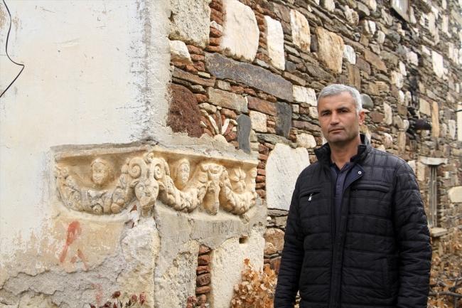 17 asırdır lahit, yarım asırdan fazladır ise duvar
