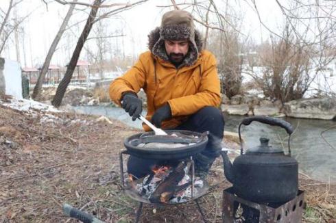 Kamp kurduğu alanda o ilin yöresel yemeklerini pişiripşehri tanıtıyor