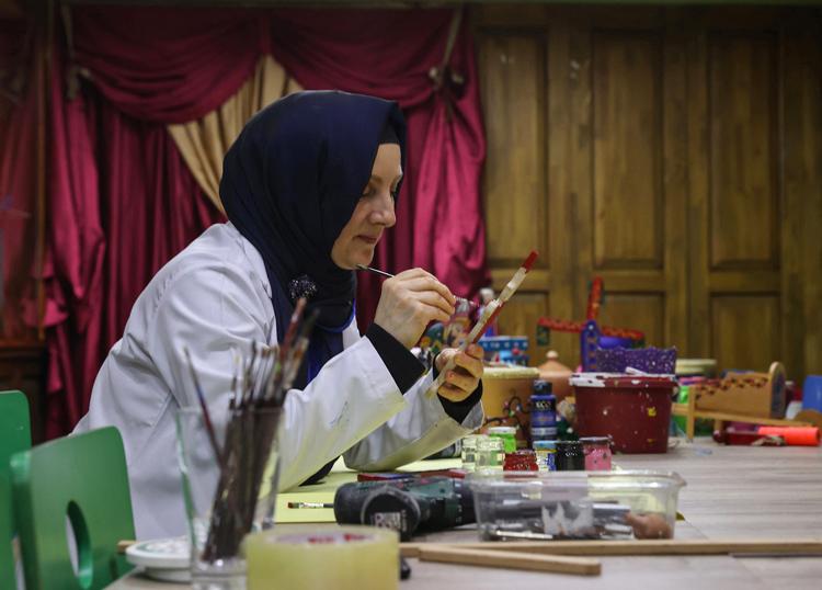 500 yıllık Eyüp oyuncaklarının yapımını çocuklara öğretiyor