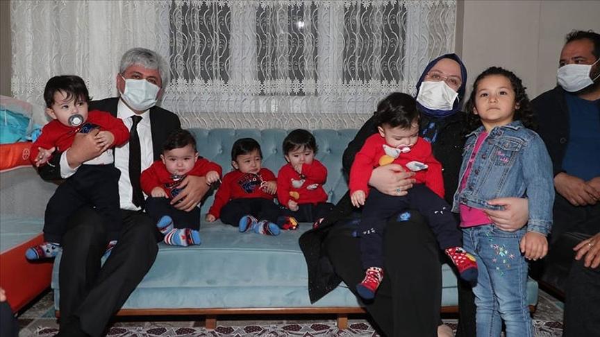 Bakan Zehra Zümrüt Selçuk Hatay'daki beşiz bebek sahibi aileyi ziyaret etti