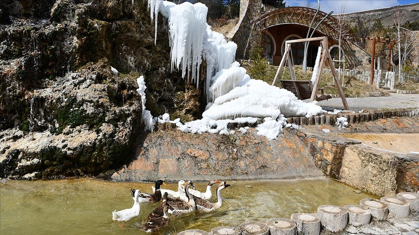 Sivas'taki 'Hobbit Evleri'nde kış ve baharın güzellikleri bir arada yaşanıyor