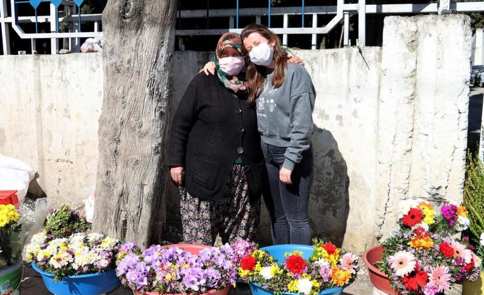 Fedakar anneden büyük azim! Mezarlıkta çiçek satarak kızını Oxford Üniversitesi'nde okutuyor