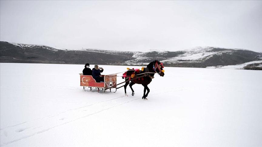 Buzla kaplı Çıldır Gölü'nde atlı kızakla gezinti keyfi nisanın ilk günlerine kadar sürecek