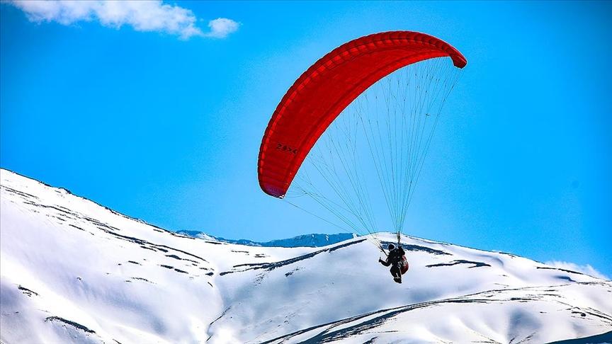 Yamaç paraşütü tutkunlarının yeni gözdesi Van Gölü koyları