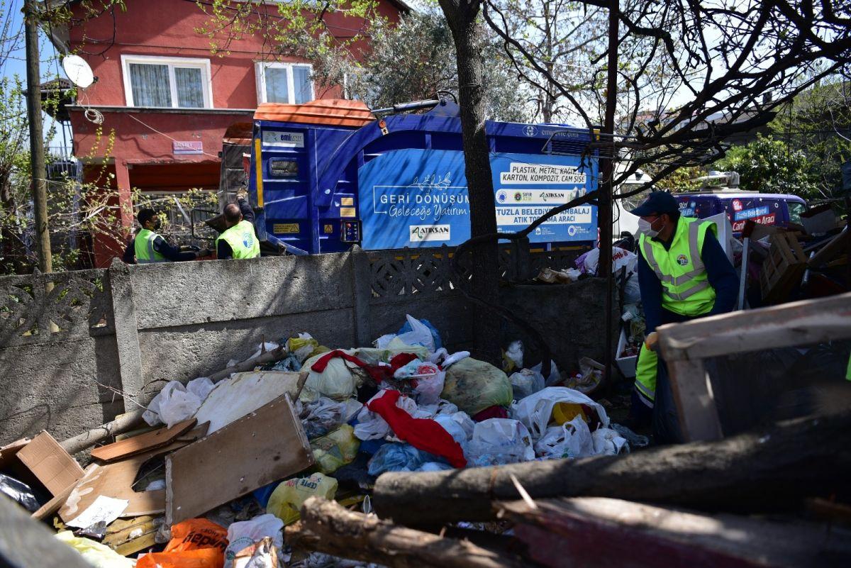 Şaşırtan olay! Biriktirdiği çöplerin alınmasını gözleri dolarak izledi
