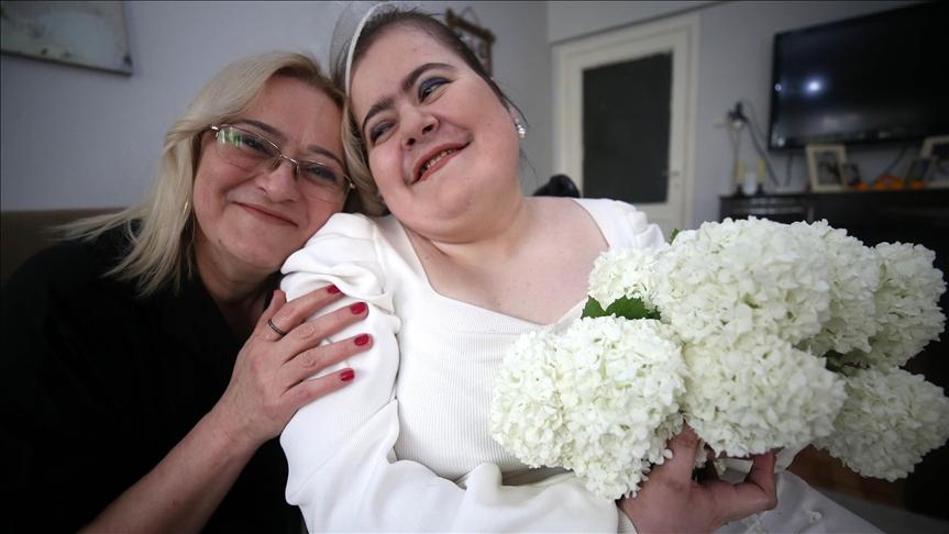 Engelli genç kızdan annesine 'gelinlikli' sürpriz