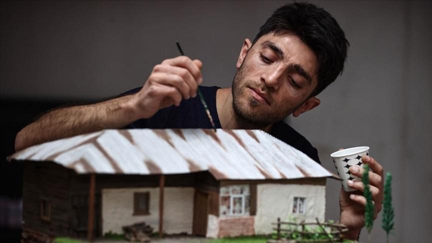 Anılarda kalan Anadolu evlerini maketleriyle modern konutların salonlarına taşıyor