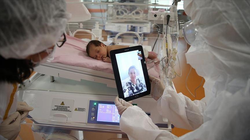 Kovid-19 nedeniyle 40 günlük ikizlerinden ayrı kalan anneye görüntülü görüşme sürprizi
