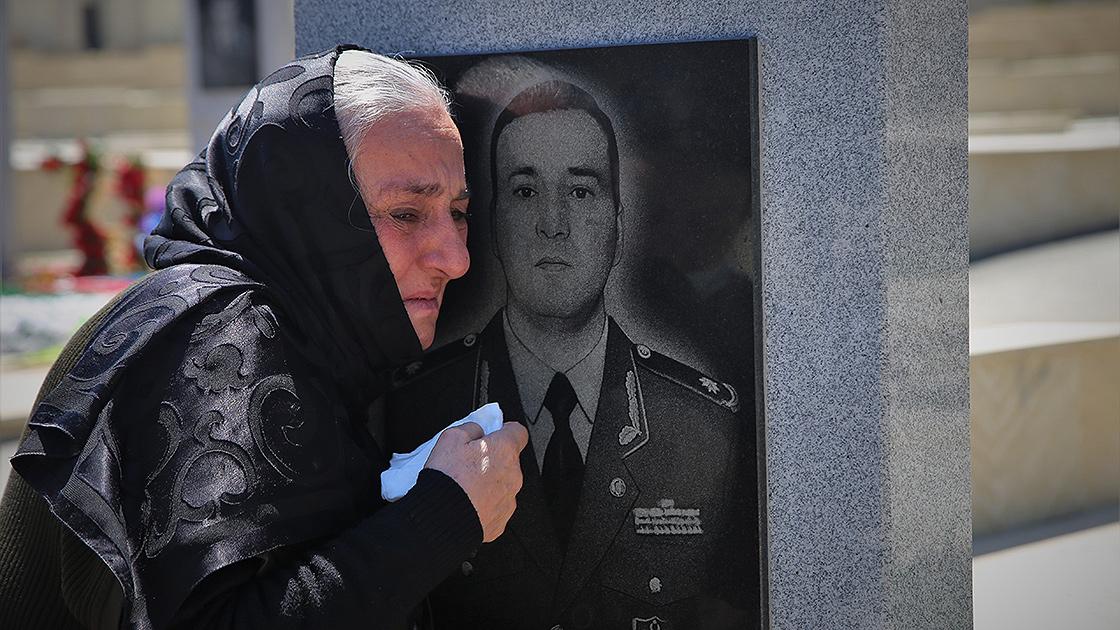Azerbaycan'ın kahramanlarından şehit Tümgeneral Heşimov'un annesi Anneler Günü'nü oğlunun mezarı başında geçirdi