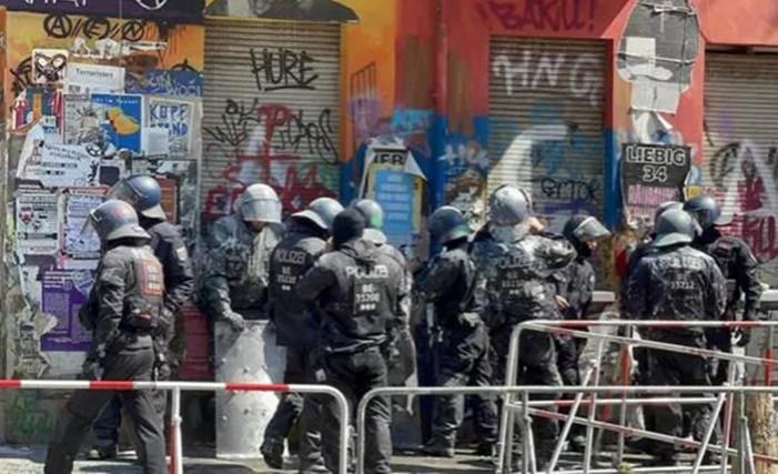Almanya'da aşırı solcu gruplar yine polise saldırdı