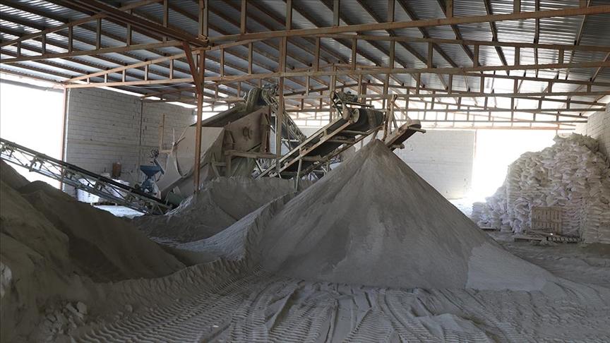 Tuz madenleri çetin kışta buzlanmaya karşı şimdiden yoğun üretimde