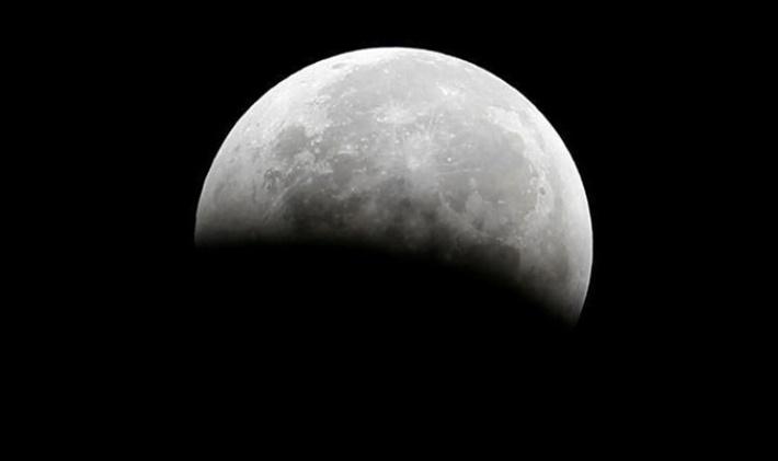 Ay'da yalpalama başladı: 2030'larda Dünya etkilenecek