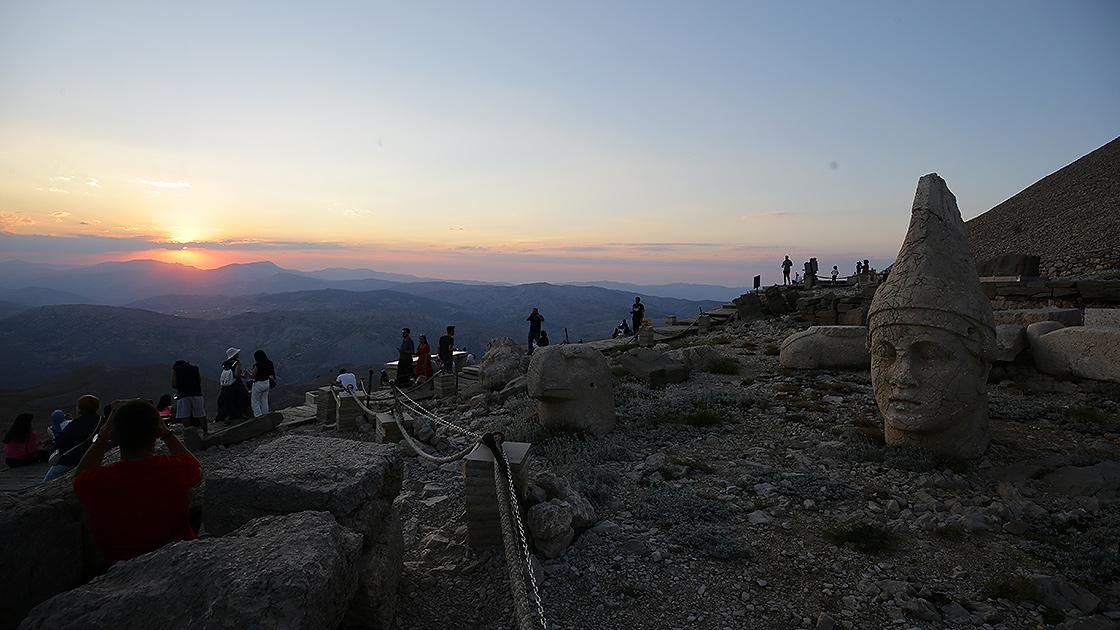 Dünya mirası Nemrut ziyaretçilerini ağırlamaya başladı