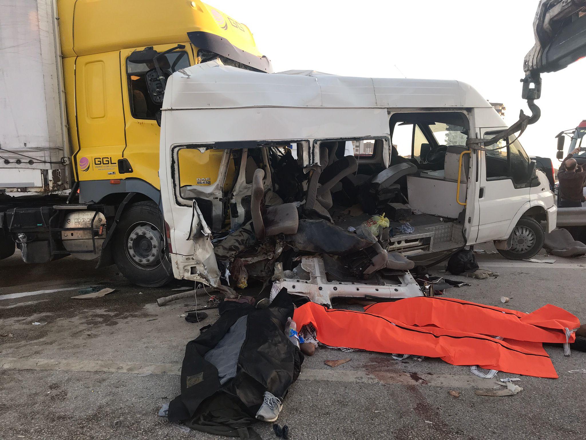 Gaziantep'te feci kaza! Tır, tarım işçilerini taşıyan minibüse çarptı: Ölü ve yaralılar var