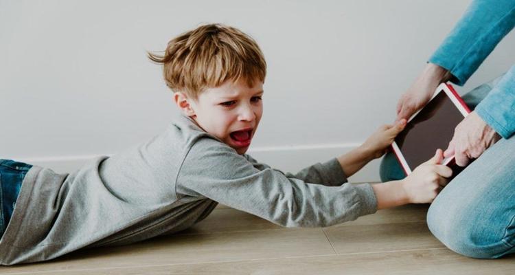 Anne babalar dikkat! Çocuğunuzu 2 yaşına kadar ekranlardan uzak tutun