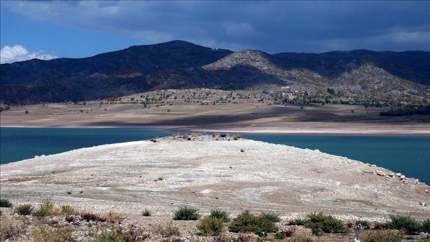 Almus Baraj Gölü çekilince 55 yıl önce su altında kalan köyün kalıntıları ortaya çıktı