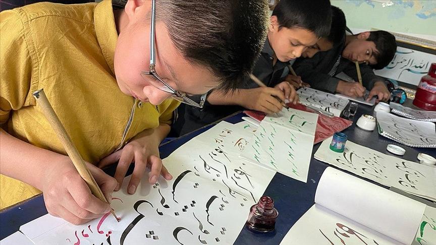 Afganistan'daki zorluklara rağmen küçük hattatlar sanattan vazgeçmiyor