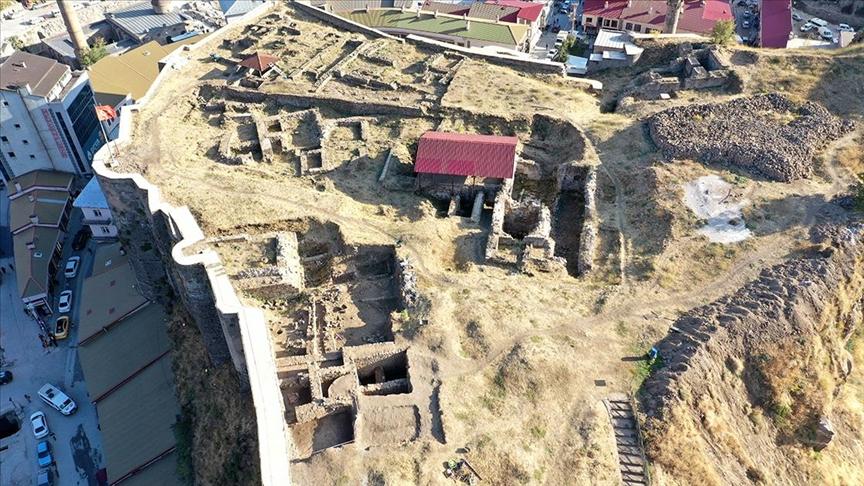 Bitlis Kalesi'ndeki arkeolojik kazılarda sikke ve seramikler bulundu