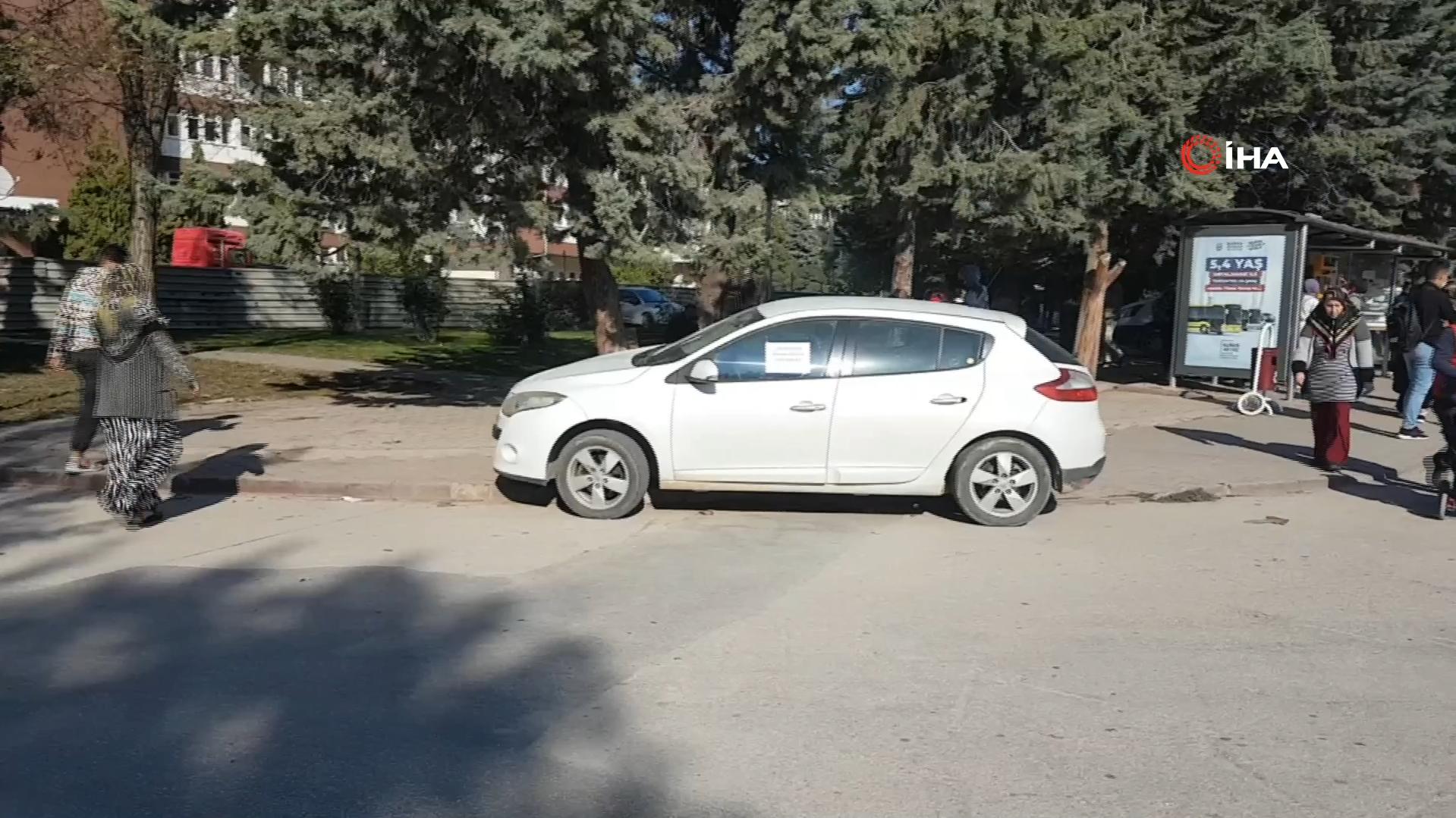 Hatalı park eden aracın camına asılan yazı görenleri şoke etti