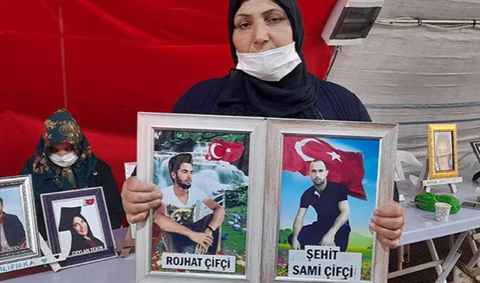 HDP önünde direnen kürt anne: Gel oğlum, teslim ol