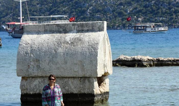 Antalya'da bu mezarı gören telefona sarıldı: Turistler akın etti