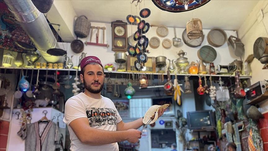 Antika tutkunu kebapçı müşterilerine nostalji yaşatıyor