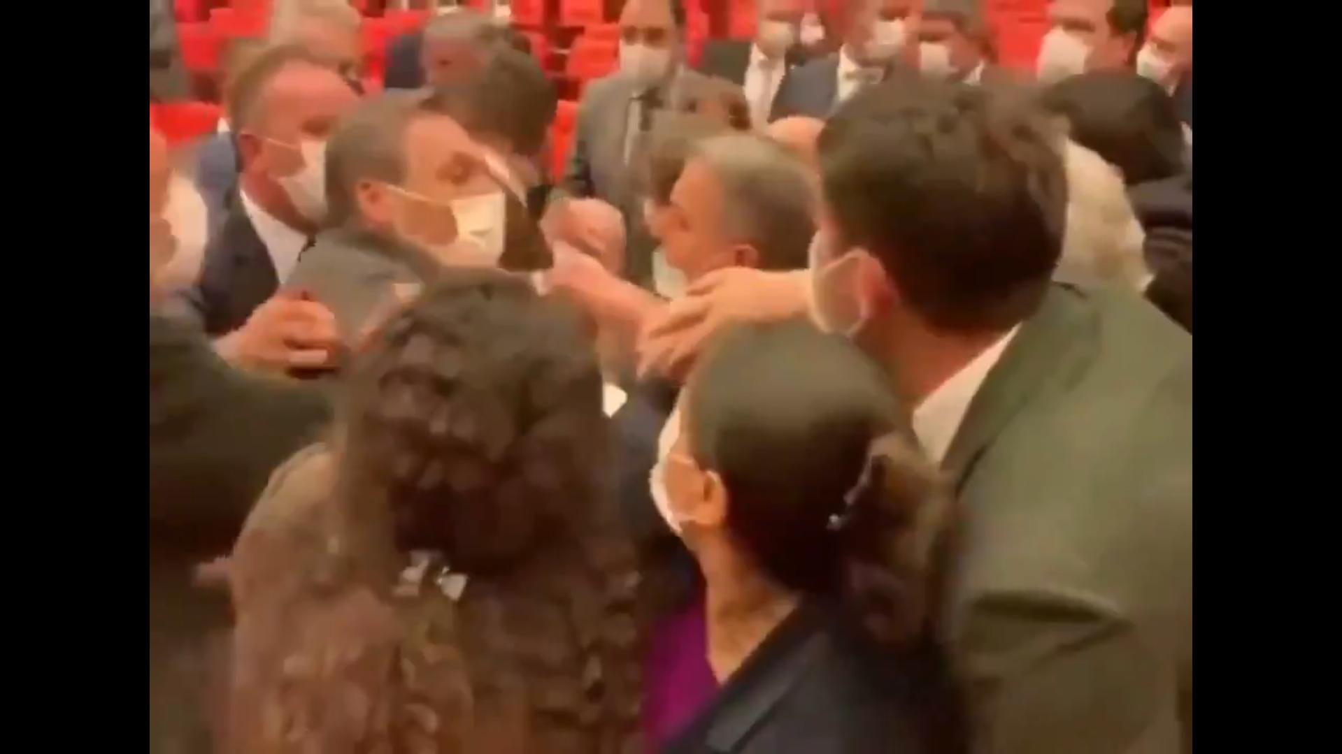 Alpay Özalan, HDP'lilerin arasına tek başına böyle daldı: Kaç paralık adamsınız?